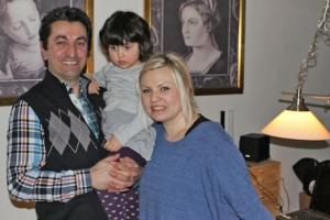 Her er familien: Anna, Erkan og deres lille datter, i en lejlighed i Roskilde før de tog afsted.